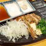 土佐清水ワールド - 四万十鶏の藁焼きステーキ。たっぷりの玉ねぎ・みょうが・ニンニク・ねぎと一緒に
