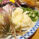 土佐清水ワールド - たっぷり盛られた薬味は、刺盛のもう一つの主役。特にニンニクは躊躇無用、藁焼きと一緒にたっぷり食べよう!