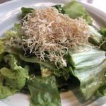 北の味紀行と地酒 北海道 - 塩昆布サラダ690円。イカと塩昆布を使った、とメニューにありましたが、サキイカと塩昆布でした(>_<)。普通には美味しかったですよ(^。^)(笑)