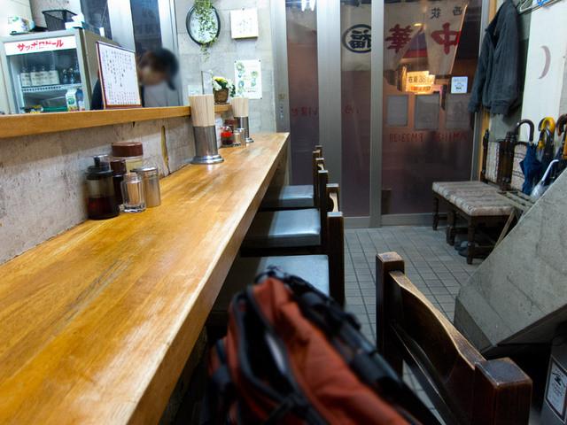 丸福中華そば 西荻店 - 外観からは予想もしなかったシャープな内装。