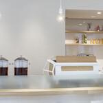 タヒチアン ノニ カフェ - 白を基調とした日差し差し込む明るい店内です。