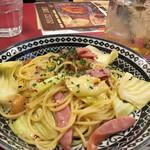 イタリアンバルパステル - ソーセージとキャベツのペペロンチーノと 自家製ハニーレモネードと