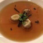 ラ ブラスリー - 村上信夫 人生はフルコース14850円(総額)。帝国ホテル伝統のコンソメスープにフォワグラのラビオリを浮かべて。美しい琥珀色のスープからは、複雑ですがスッキリした旨味が詰まっています(╹◡╹)