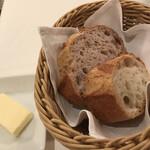 ラ ブラスリー - 村上信夫 人生はフルコース14850円(総額)。パンとバター。パンはいたって普通でしたが、ソースを味わうのにはちょうど良かったです(╹◡╹)
