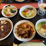 薬膳 天地・礼心 東方人康食養館 - 二千円弱のセット。スープは確か、高麗人参だと思います(ゴボウと思っていただいたら、お味にビックラこきました)漢方食材が豊富に使われています♪