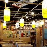 屋台居酒屋 大阪 満マル - 大衆感満載の店内