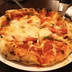 モモ キッチン - カプチチョウザ ピザ