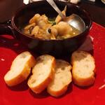 モモ キッチン - ホタテと小海老のレモンアヒージョ トースト添え
