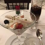 ラ ブラスリー - 村上信夫 人生はフルコース14850円(総額)。あしらわれているメレンゲの焼き菓子の食感も、良いアクセントです。苺とミルクのハーモニー。美味しいに決まっています(╹◡╹)(╹◡╹)