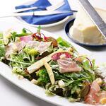 パルマ産生ハムとパルメザンチーズのグリーンサラダ