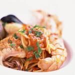 """たっぷりの魚介類をトマトソースで和えたスパゲッティ""""ペスカトーレ"""""""