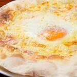 """半熟卵とベーコンのカルボナーラ風""""ビスマルク"""""""