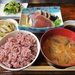 めしや 大高坂 - 料理写真:鰹たたき¥367、おひたし¥157、芋茎の煮物¥157、古代米小¥178、味噌汁¥105=¥964
