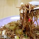 焼きそば櫻井 - 料理写真:ソースをかける前から茶色い「二度蒸かし麺」