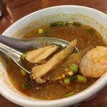 クンメー - スープ。う〜んエキゾチック。 香草なのか具材なのか分からないものも。