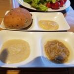 SUPREME - バーニャカウダソースが3種⇒クリーミー、ノーマル、奥が味噌風味。ノーマルが1番。