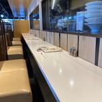 つるとんたん UDON NOODLE Brasserie - 狭い2人掛けカウンター