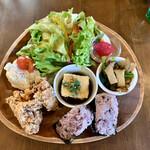 ワインカフェ サルト - 紫黒米おにぎりとお惣菜のランチプレート(\1,000)