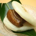 國吉食堂 - お子様の笑い声が聞こえます♪ラフテー饅頭(豚角煮饅頭)320円!