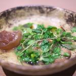 両忘 - 椎茸、きくらげ、のびる他いろいろ野菜を味わい深く淡いスープで仕上げて。
