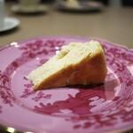 両忘 - 濃厚なチーズケーキ。岩塩を振って。塩が濃厚さを更に引立てて、もうたまらんわ(^^