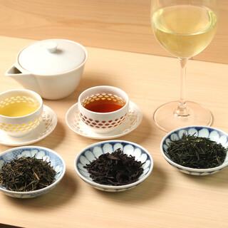 鮨の相棒はこだわり抜かれたお茶を。豊富な茶葉でお入れします