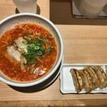 よってこや - 赤辛ラーメン(740円)+よってこ餃子(270円)