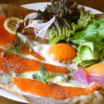 貝柄山ガレット - 料理写真:スモークサーモン、ケッパー、レモンのガレット