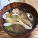 暮らしのいろいろ ていねいに、 - ippo定食:鶏の唐揚げ ねぎソース/おむすび、副菜(じゃがいものサブジ、玉こんにゃくのふきのとう味噌のせ、玉子焼き・浸し豆、舞茸の味噌汁・漬物)