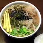 総本家更科堀井 - 「春の山菜そば 」わらび・ぜんまいの爽やかな香りと 心地よい食感をお楽しみ下さい。