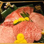 127395313 - 今夜のお肉を紹介いただきます。上から時計回りに牛舌の水平切り(しゃぶしゃぶ用)、厚切り牛舌、ランプ、トモサンカク、ハラミ