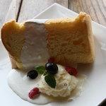ビッグフォーレスト - 料理写真:おおすめ!手作りの日替わりシフォンケーキ 300yen 新メニユーです。トッピングも日替わりです。