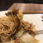 広東炒麺 南国酒家 - 五目具だくさん焼きそばセット1650円(税込み)。焼きそば。かなりのボリュームですが、具だくさんで味も良く、ペロリといただきました(╹◡╹)