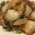 広東炒麺 南国酒家 - 五目具だくさん焼きそばセット1650円(税込み)。焼きそば。野菜たっぷり、海老、イカ、豚肉、焼豚と具だくさんで、餡の感じも良かったです(╹◡╹)