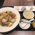 広東炒麺 南国酒家 - 五目具だくさん焼きそばセット1650円(税込み)。これに点心2個がつきます。是を前菜とデザートは不要ですかね。。。焼きそばは、とても美味しかったです(╹◡╹)