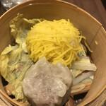 広東炒麺 南国酒家 - 五目具だくさん焼きそばセット1650円(税込み)。点心。肉焼売と錦糸卵をまとった焼売です。蒸し立てを、ということで、遅れての提供です。熱々の焼売、美味しくないわけがありませんね(╹◡╹)