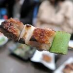 """炭火串焼 鶏次 - ほどよい弾力の""""極みねぎま""""、引き締まった鶏肉からコクのある肉汁が湧き出てくる"""