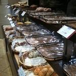 12741948 - 殆ど残っていないパン棚