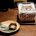 炙りもんと蕎麦 満月 - お通しのキビナゴの炙り