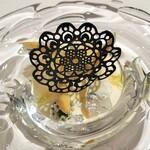 Gentil H - フランス産ホワイトアスパラのムースリーヌ、スミイカのミキュイとホタルイカのパテ、トップはイカスミで作ったカリカリ