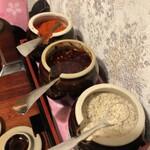 ベトナム料理店 ウィッチ フォ - 手前〉〉レモン風味塩こしょう 真中〉〉辣油