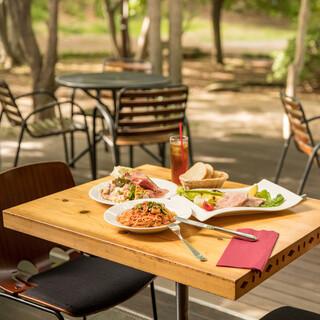 天気の良い日は開放感のあるテラスでお食事をどうぞ!