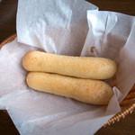 Trattoria & Pizza Banzo - 「スティックブレッド」。ランチに1人に1本。これが独特のパンで美味しいのです。