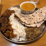 インディアン・レストラン ロタ - 鯖カレー、ダルカレー、茄子のボッタ、ライス、ロティセット