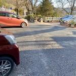 127473791 - 駐車場ありますが、そんなに沢山は駐められないです