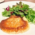 サポセントゥ ディ アキ - 前菜メニューのスカルモルツァチーズのソテー。ピザ的感覚で食べられて美味しい!