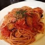 オーピンク - おつまみというかお昼ご飯にパスタ、トマトはピリ辛ですが、おいしい。