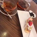 リビング カフェ ヨッコ - 料理写真:ケーキと紅茶
