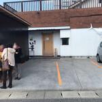 飯屋 いの吉 - 開店を待つ女性客