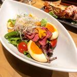 北ノ酒場 TACHIPPA - 牛たたきと煮玉子のウニのせサラダ